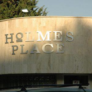 הולמס פלייס, חיפה - שלט כניסה