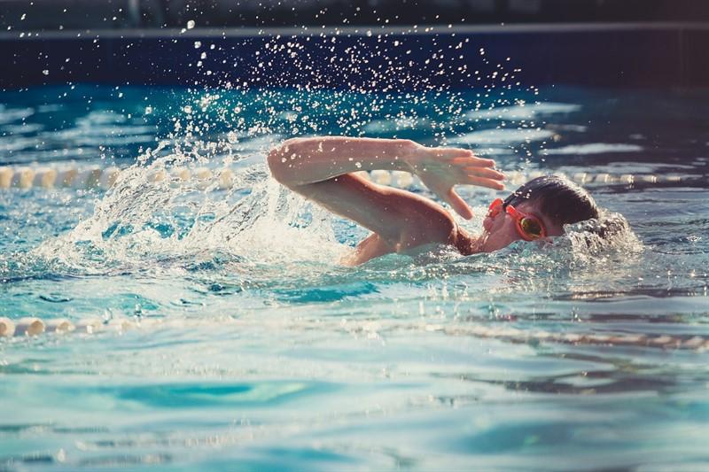 שחייה בבריכה מחוממת
